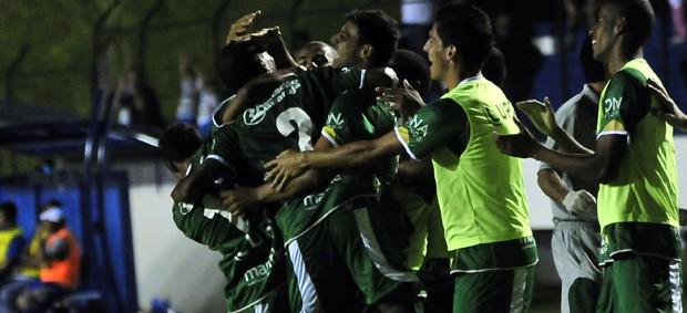 Guarani comemora gol contra o Catanduvense (Foto: Rodrigo Villalba / Memory Press)
