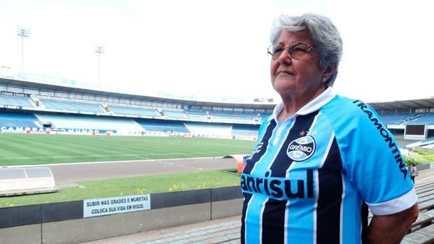 Dona Ana é gremista e se prepara para ver segunda Copa na casa do rival (Foto: Lucas Rizzatti/G1)