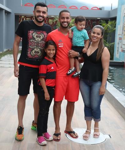 Daniel posa ao lado de Romulo, Jessika (esposa do volante), Nycolly e João Miguel (filhos do atleta) (Foto: Gilvan de Souza/Flamengo)
