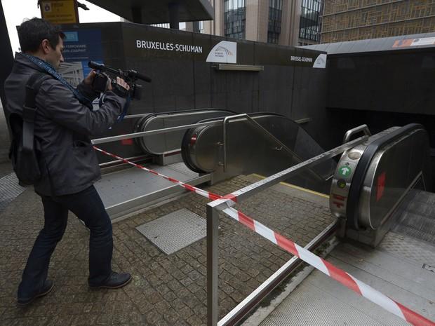 Uma pessoa filma uma entrada fechada da estação Shuman Railways, em Bruxelas, neste sábado (21). Todas as estações de metrô em Bruxelas ficarão fechadas hoje (Foto: AFP PHOTO/JOHN THYS)