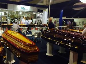 Caixões são feitos com madeira nobre e puxadores de ouro (Foto: Thais Skodowski/ G1 PR)