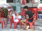 Toda de branco, ex-BBB Adriana relaxa na praia com Rodrigão