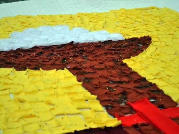 Patchwork é usado para desenhar imagens sacras em mantas que cobrirão trajeto da procissão de Corpus Christi nesta quinta-feira (26) em Jacutinga, MG (Foto: Daniela Ayres/ G1)