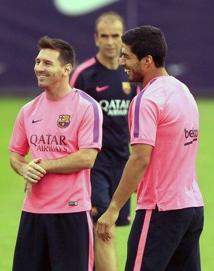 Messi e Suarez rindo em treino do Barcelona (Foto: EFE)