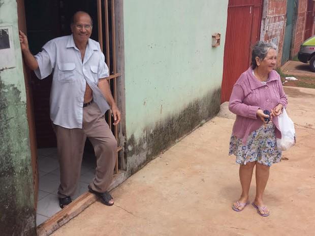 Os vizinhos Bispo Pereira e Mirasmir Rosário de Souza, no Pôr do Sol (Foto: Isabella Formiga/G1)