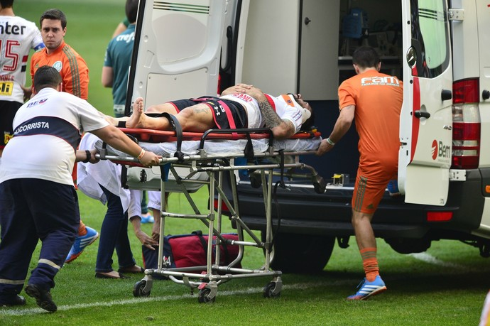 Lucas Pratto atendimento Palmeiras São Paulo (Foto: Marcos Ribolli)