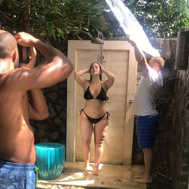 Ashley Graham toma uma ducha ao retornar do passeio - e posa para as lentes do namorado (Foto: reprodução/instagram)