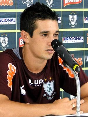 Juninho na coletiva do América-MG (Foto: Gabriel Medeiros)