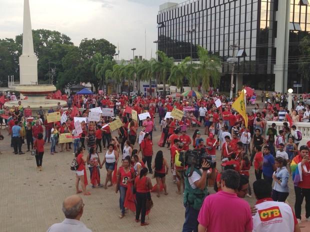Manifestantes se reúnem no Centro de Rio Branco contra o impeachment da presidente Dilma Roussef (PT-AC) (Foto: Caio Fulgêncio/G1)