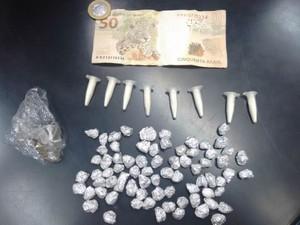 Crack, cocaína e maconha apreendidas durante ocorrência (Foto: Divulgação/Polícia Militar)