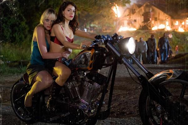 A atriz Rose McGowan em cena de 'Grindhouse' (2007) (Foto: Reprodução)