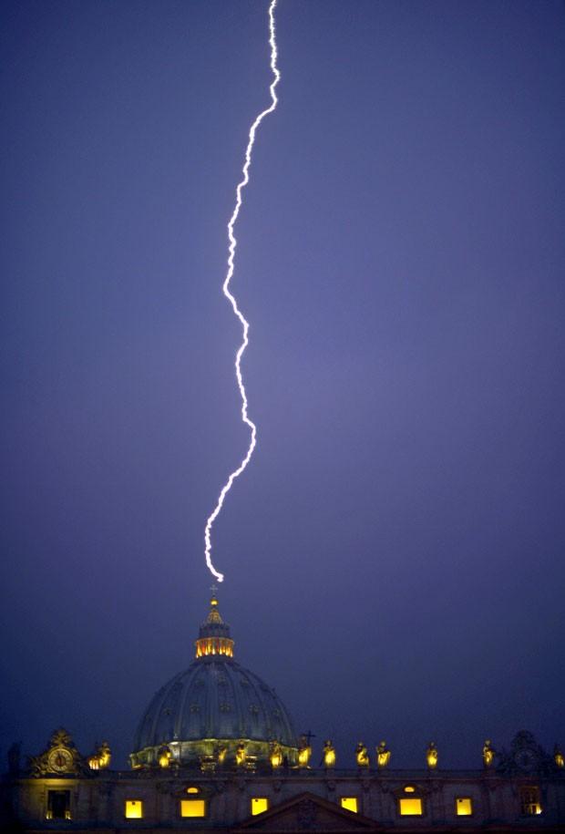 Fotógrafo flagrou momento em que raio atingiu a cúpula da catedral de São Pedro (Foto: Filippo Monteforte/AFP)