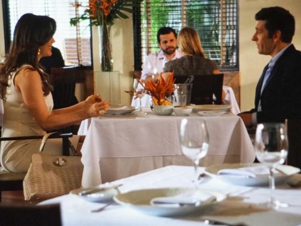Lívia conversa com Ricardo em restaurante (Foto: Salve Jorge/ TV Globo)