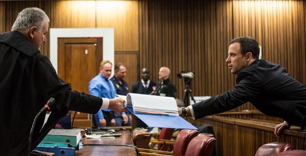 O atleta paralímpico Oscar Pistorius fala com seu advogado durante audiência de seu julgamento nesta terça-feira (1º) em Pretória, na África do Sul (Foto: Daniel Born/AP)
