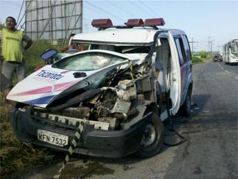 Acidente aconteceu por volta das 4h30 na BR-232 (Foto: Wanessa Andrade/Globo Nordeste)