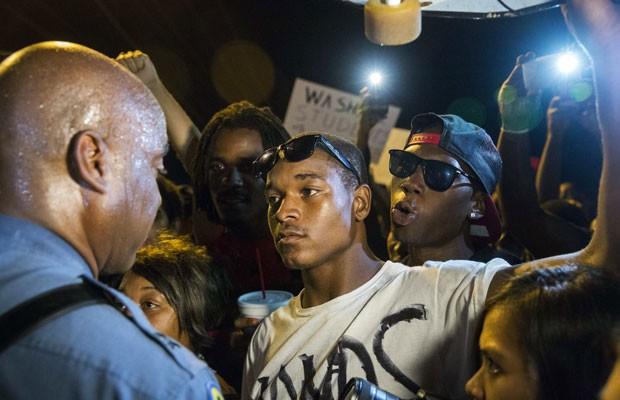 Capitão de polícia de Missouri Ron Johnson fala com manifestantes durante protesto pacífico em Ferguson (Foto: Lucas Jackson/Reuters)