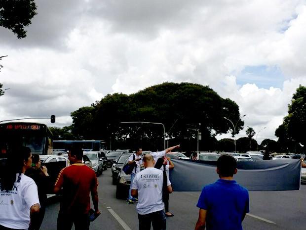 Servidores do MP fecham EIxo Monumental em protesto por reajuste salarial (Foto: Yuri Alencar/Acervo pessoal)