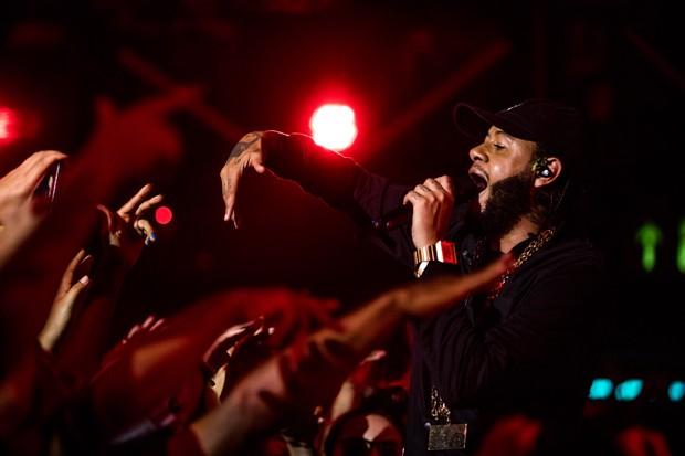 O rapper Emicida faz show para seu novo DVD, '10 Anos de Triunfo'  (Foto: José de Holanda)