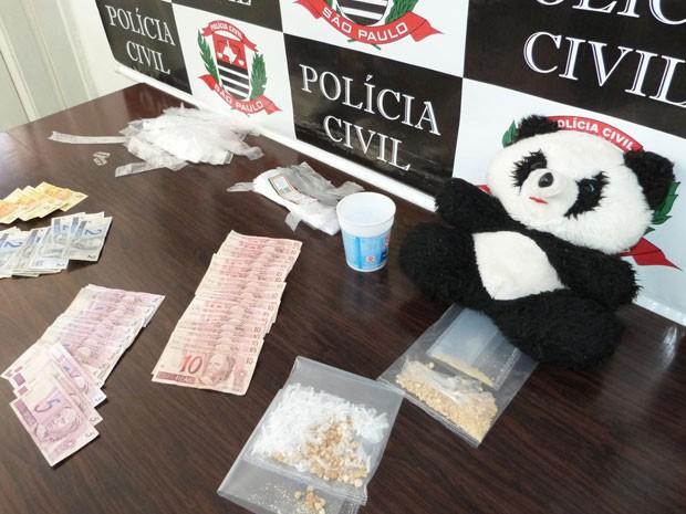 Pedras de crack foram encontradas dentro de urso de pelúcia, diz polícia (Foto: Divulgação/Polícia Civil)
