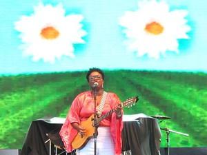 """A cantora Ellen Oléria, que se apresenta nesta sexta (25) na festa do """"Boi do seu Teodoro"""", em Sobradinho, no DF (Foto: Lucas Nanini/G1)"""