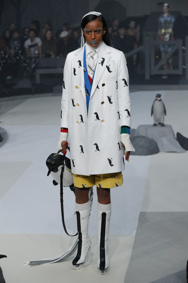 NEW YORK, NY - FEBRUARY 15:  A model walks the runway at the Thom Browne Fall/Winter 2017 collection at Skylight Modern during New York Fashion Week  on February 15, 2017 in New York City.  (Photo by JP Yim/Getty Images) (Foto: Getty Images)