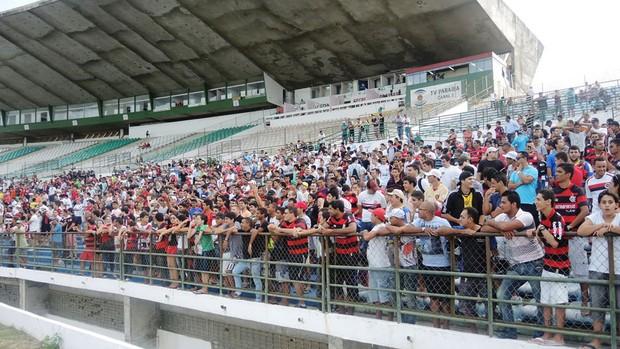 Torcida do Campinense, em maioria, mostra força em treino do Flamengo