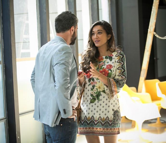 Bernardo e Yumi conversam na galeria (Foto: Raphael Dias/Gshow)