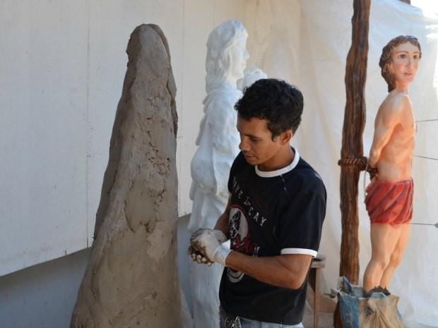 Artista produz esculturas em forma humana (Foto: Paula Casagrande/G1)