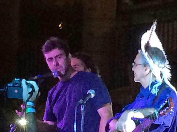 Deputado Marcelo Freixo discursou durante show de Caetano Veloso na ocupação do Palácio Gustavo Capanema, no Centro do Rio (Foto: Daniel Silveira/G1)