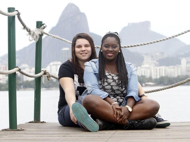 A técnica em informática Mayara Monteiro (à esquerda) e a produtora de eventos Naira Fernandes, que vão se casar no Rock in Rio 2015  (Foto: Felipe Hamower/G1)