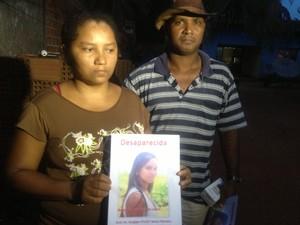 Os pais da jovem Kely divulgam fotos em Porto Nacional na tentativa de encontrar a filha (Foto: Camila Rodrigues/G1)