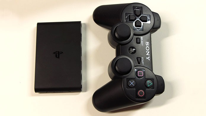 O PlayStation TV é menor que o DualShock 3 (Foto: Tais Carvalho/TechTudo)