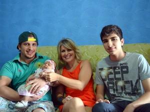 Simone, os filhos e a neta em Piracicaba (Foto: Fernanda Zanetti/G1)