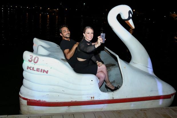Eduardo Sterblitch e Mariana Ximenes chegaram de pedalinho (Foto: Roberto Filho/Brazil News)
