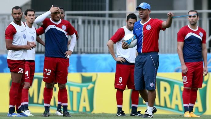 Sérgio Saores comanda treino de bola parada no Bahia (Foto: Felipe Oliveira/EC Bahia/Divulgação)