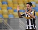 Daniel, de trivela, e Fabrício, de antes do meio-campo, disputam gol bonito