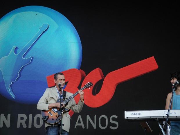 Arthur Verocai se apresenta com a Dônica no palco Sunset (Foto: Alexandre Durão/G1)