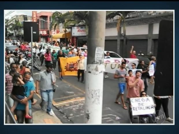 Pessoas fazem protesto em Mogi Mirim contra falta de repasse a entidades (Foto: Reprodução/EPTV)