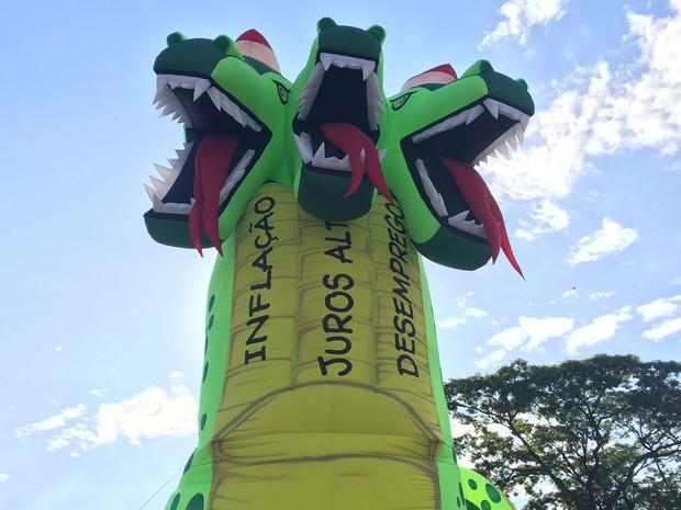Dragão inflável chama atenção em ato contra a crise econômica, em Goiânia (Foto: Murillo Velasco/G1)