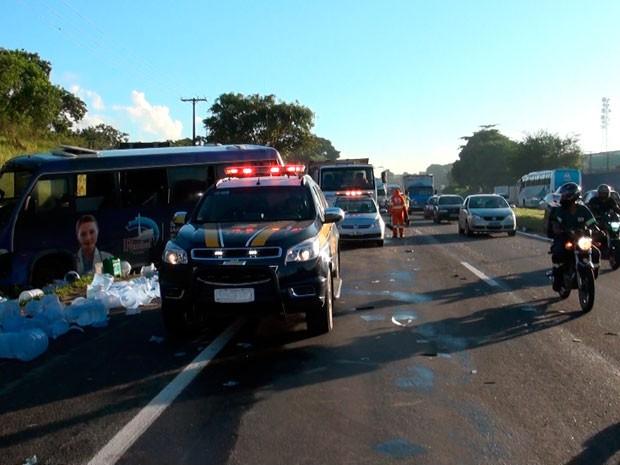 Agentes da PRF e viaturas da Via Bahia estão no local do acidente (Foto: Imagens/TV Bahia)