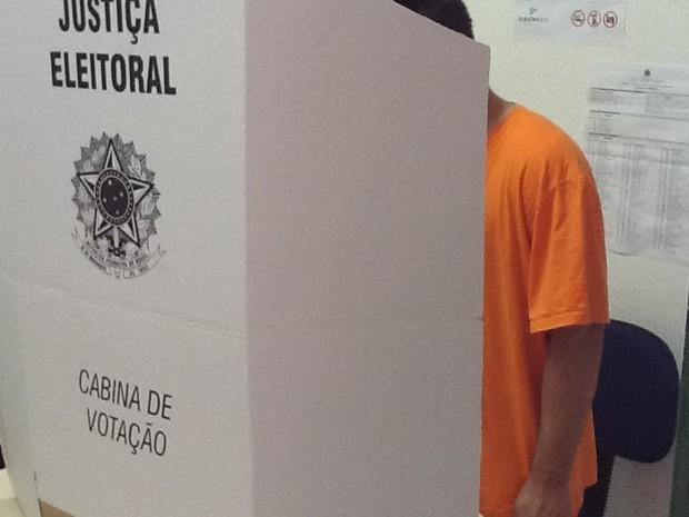 Presos participam de eleições em Blumenau (Foto: Luiz Salviato)