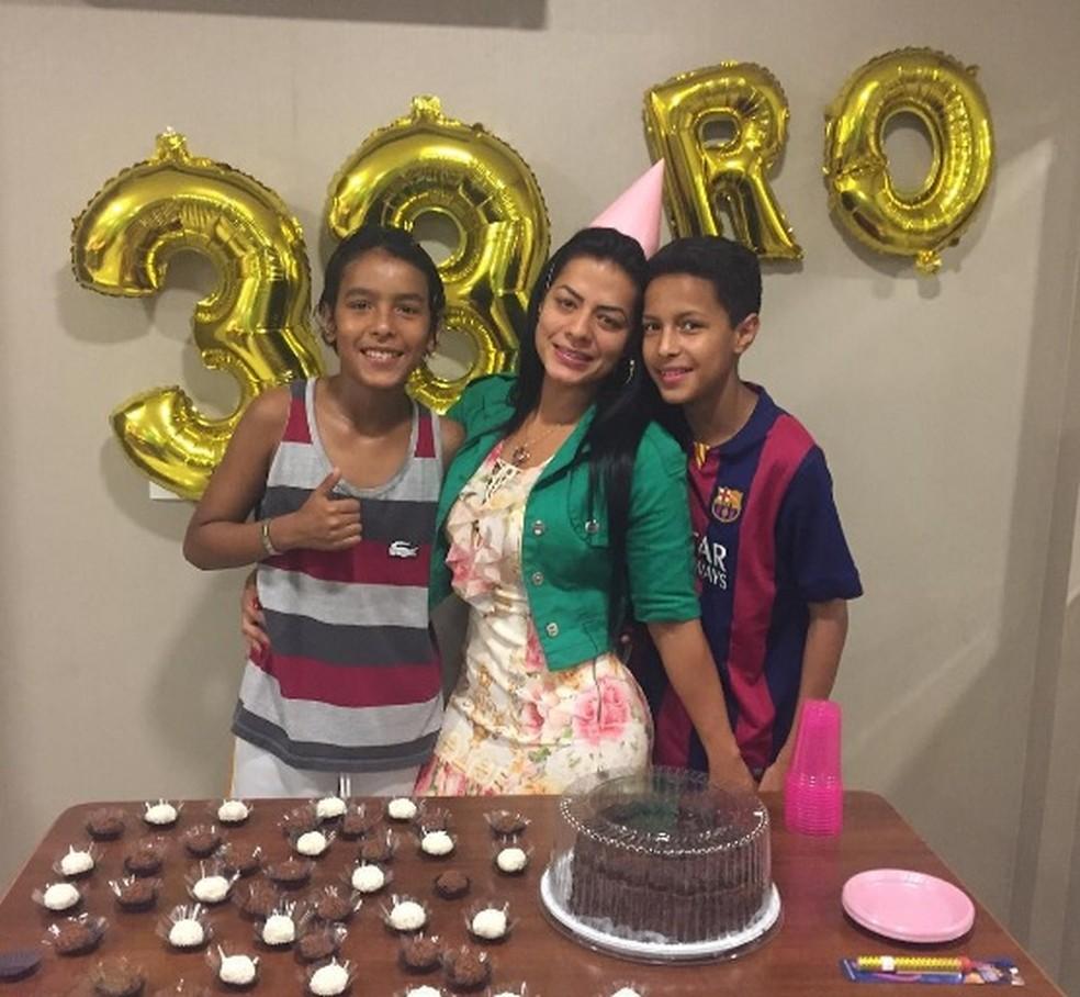 Rosangela celebra o aniversário ao lado dos filhos, o primeiro sem Cleber Santana desde os 14 anos (Foto: Reprodução)