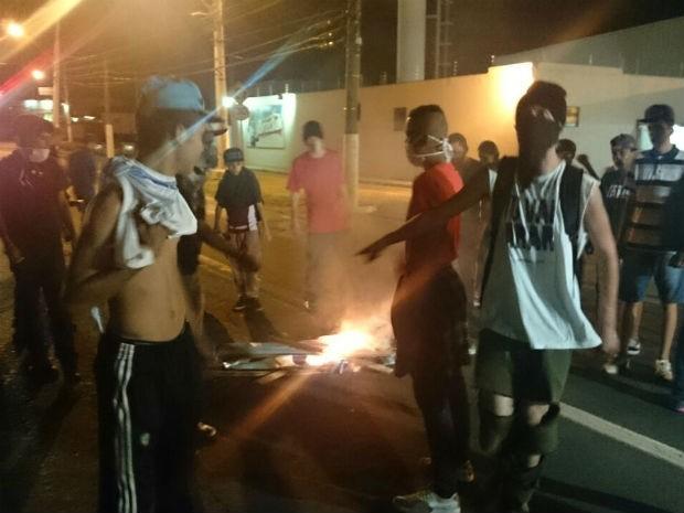 Após protesto pacífico, vândalos promovem bagunça pelas ruas de Itu (Foto: Ana Carolina Levorato/G1)