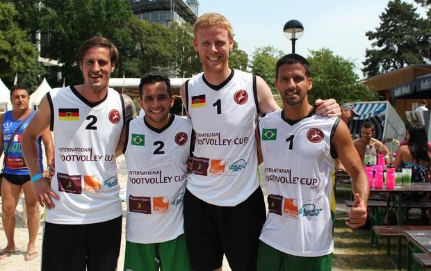 Reckermann ao lado dos brasileiros Helinho e Marquinho (Foto: Clícia Oliveira)