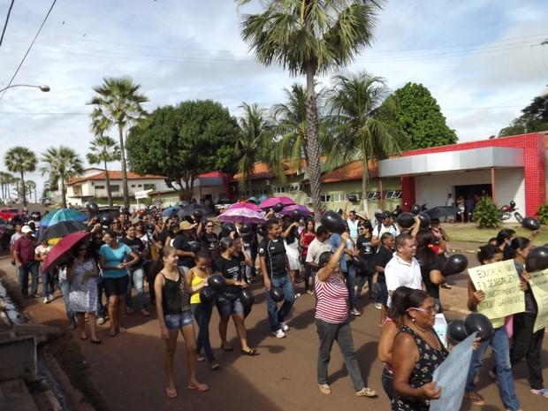 Servidores fazem manifestação em Miguel Alves (Foto: Ossian Melo)