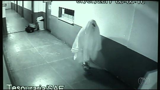 Dupla vestida com lençóis furta Prefeitura de Novo Gama; vídeo
