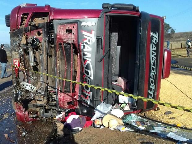 Caminhão tombou e carga se espalhou na pista (Foto: Divulgação/ PRF)