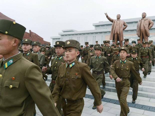Soldados norte-coreanos visitam  estátua de bronze do fundador norte-coreano Kim Il-sung  (Foto: REUTERS/Kyodo)