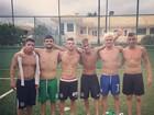No estilo 'filé de borboleta', Neymar posa sem camisa
