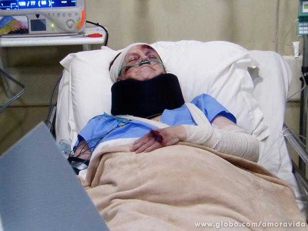 Ciça jaz sobre o leito hospitalar em estado crítico (Foto: Amor à Vida / TV Globo)